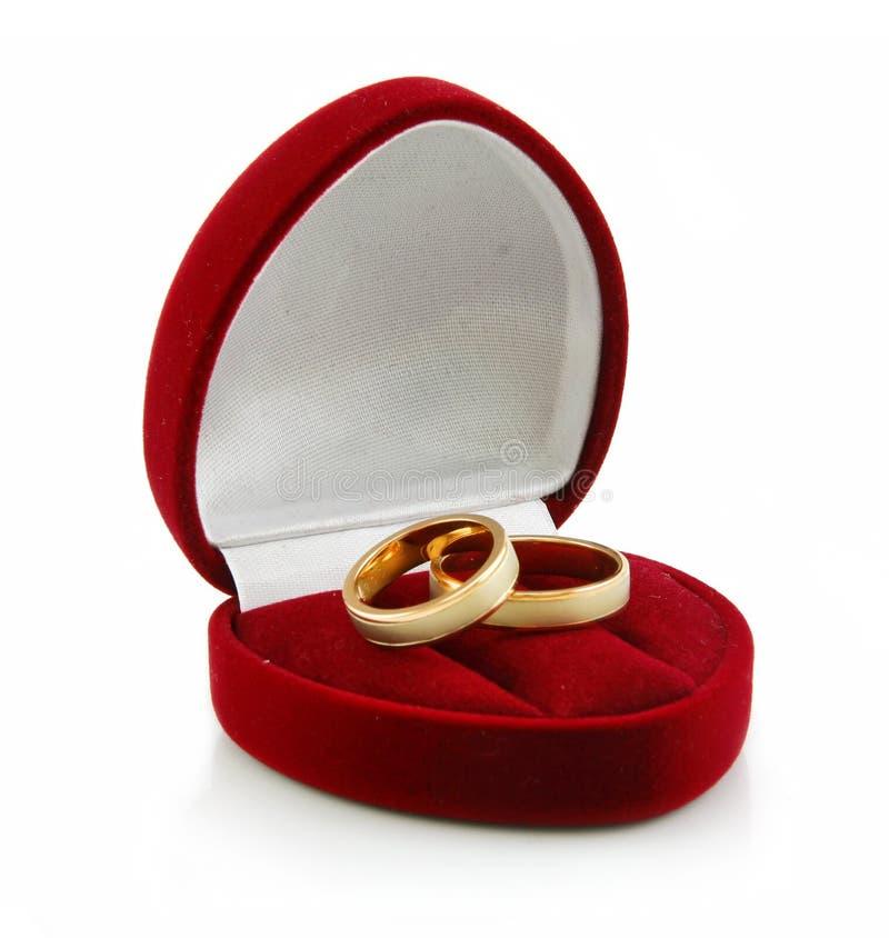 Anelli dorati in casella Heart-Shaped isolata immagini stock libere da diritti