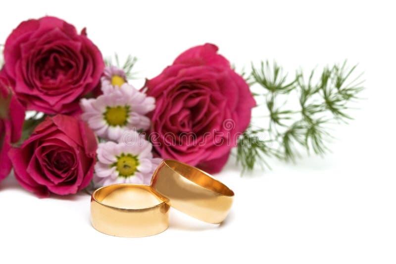 Anelli dorati con il fiore immagine stock libera da diritti