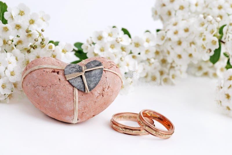 Anelli e fiori di cerimonia nuziale immagini stock libere da diritti