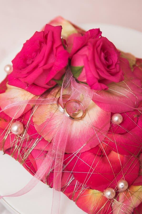 Anelli e fiori di cerimonia nuziale nel fuoco molle immagine stock libera da diritti