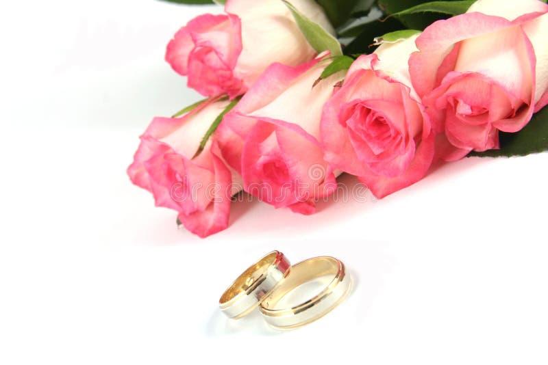 Anelli e rose di cerimonia nuziale fotografie stock
