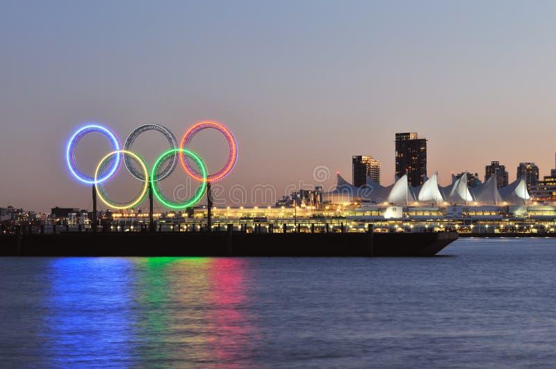 Anelli olimpici nel porto di Vancouver fotografia stock