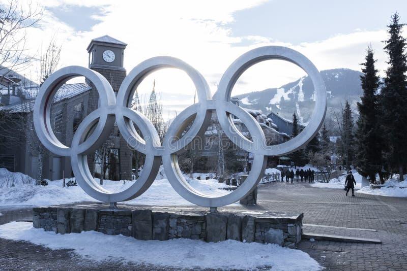 Anelli olimpici nella plaza olimpica di Whistler usata per i 2010 giochi di inverno immagine stock