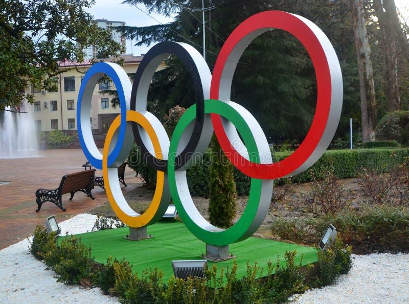 Anelli olimpici sul quadrato in Soci immagini stock
