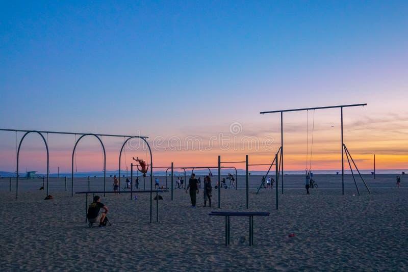 Anelli, parallele simmetriche ed attrezzature di viaggio di allenamento alla spiaggia di Santa Monica in California fotografia stock