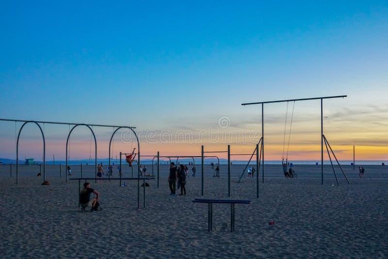 Anelli, parallele simmetriche ed attrezzature di viaggio di allenamento alla spiaggia di Santa Monica in California immagine stock
