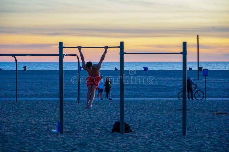 Anelli, parallele simmetriche ed attrezzature di viaggio di allenamento alla spiaggia di Santa Monica in California fotografie stock