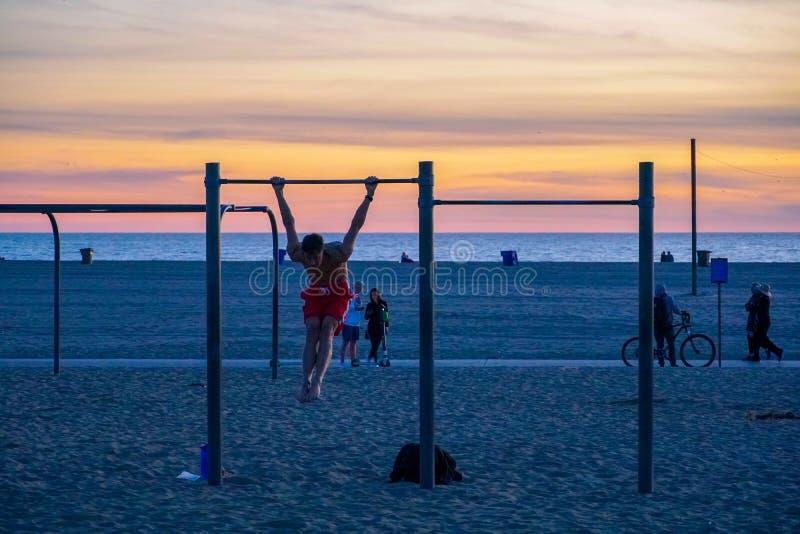 Anelli, parallele simmetriche ed attrezzature di viaggio di allenamento alla spiaggia di Santa Monica in California immagini stock
