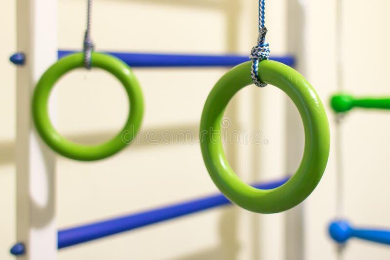 Anelli relativi alla ginnastica nell'angolo di sport per i bambini immagine stock