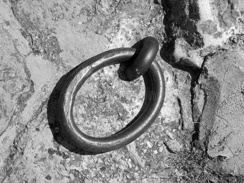 Download Anello In Bianco E Nero Del Metallo Immagine Stock - Immagine di quayside, cerchio: 207909