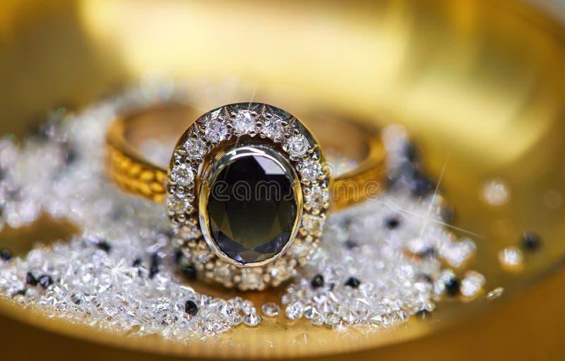 Anello con i diamanti e lo zaffiro immagini stock libere da diritti