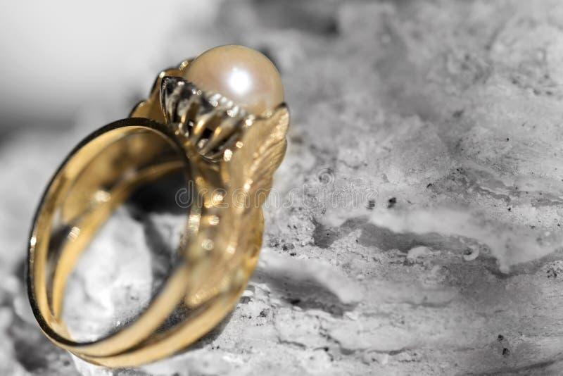 Anello con la perla antica fotografie stock libere da diritti