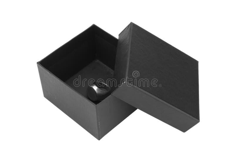 anello d'argento in contenitore di regalo nero isolato su fondo bianco fotografie stock