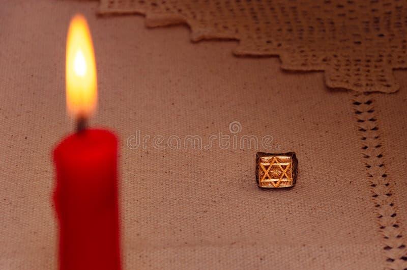 Anello d'argento e candela bruciante fotografie stock libere da diritti