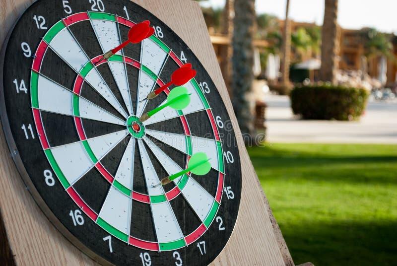 Anello dei dardi con le frecce Frecce verdi e rosse in dardi Chiuda sui dardi con le frecce su fondo fotografia stock libera da diritti