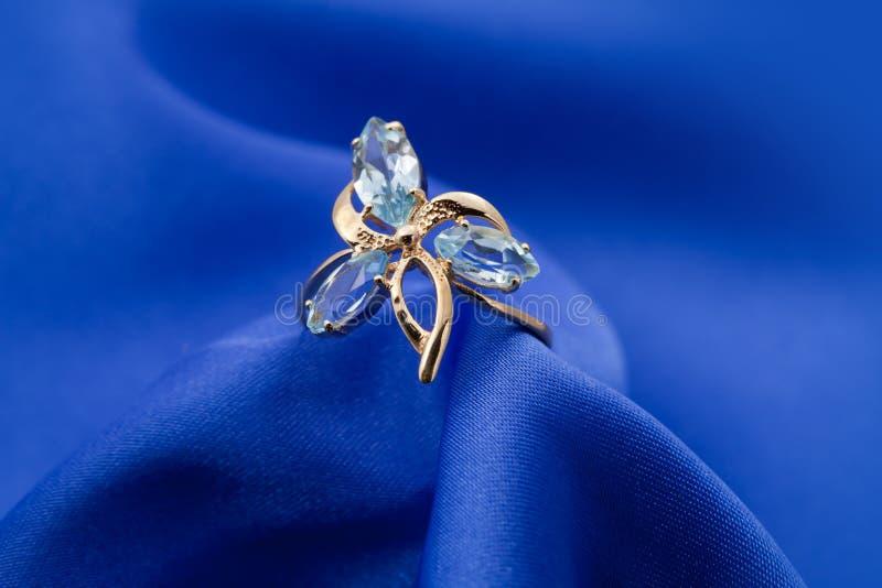 Anello dei monili con zaffiro fotografia stock