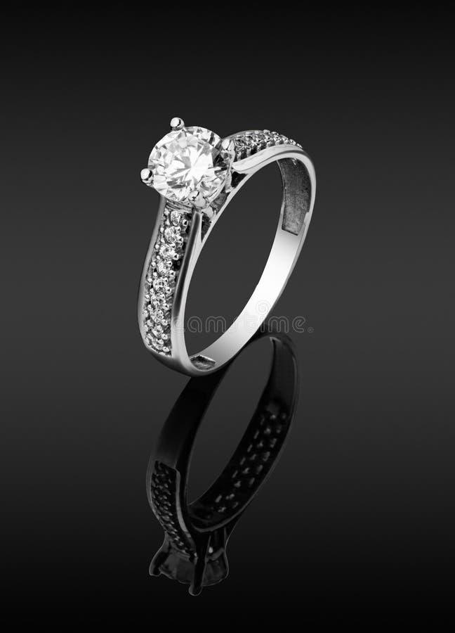 Anello del ` s delle donne con i diamanti fotografie stock