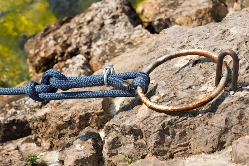 Anello di attracco con una corda blu fotografie stock