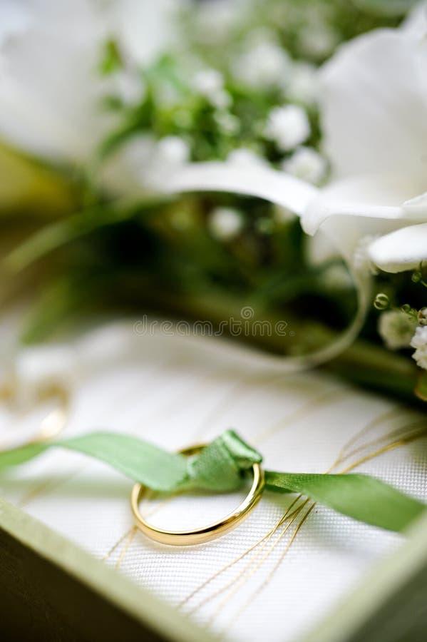 Anello di cerimonia nuziale dorata fotografia stock