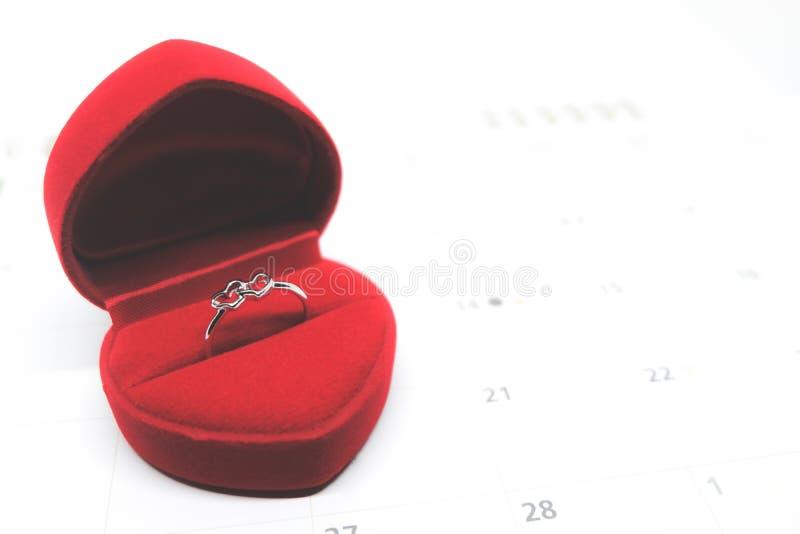 Anello di cerimonia nuziale a forma di dell'oro del cuore fotografie stock