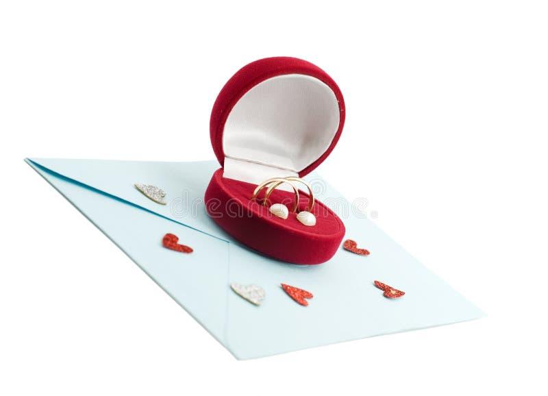 Anello di cerimonia nuziale in un contenitore di regalo sulla busta della posta fotografie stock libere da diritti