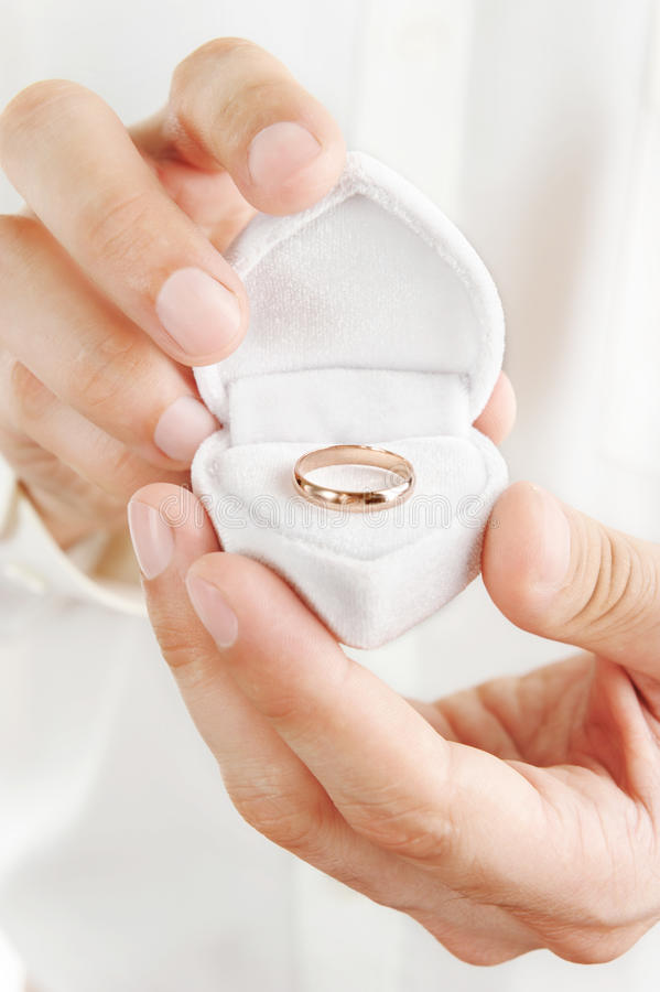 Anello di cerimonia nuziale in una casella immagini stock
