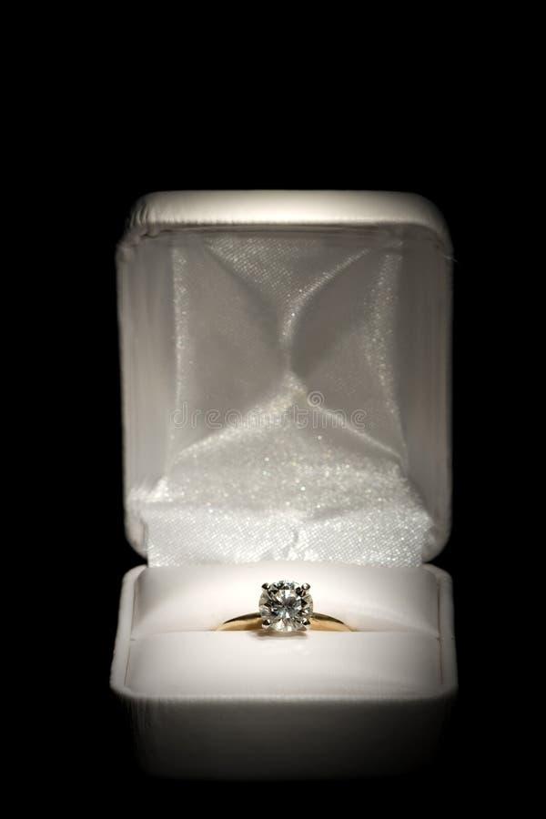Anello di diamante in casella immagine stock