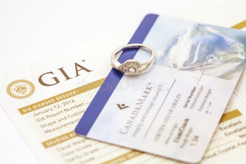 Anello di diamante con il certificato fotografia stock libera da diritti