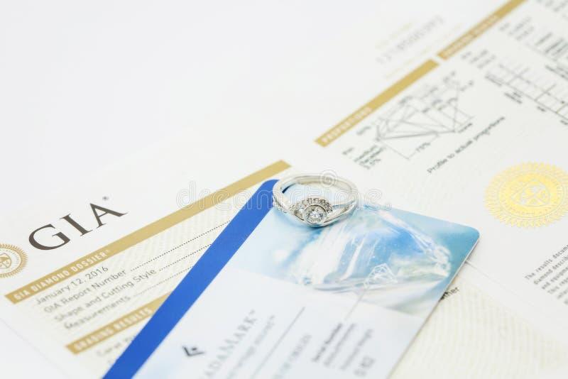 Anello di diamante con il certificato fotografia stock