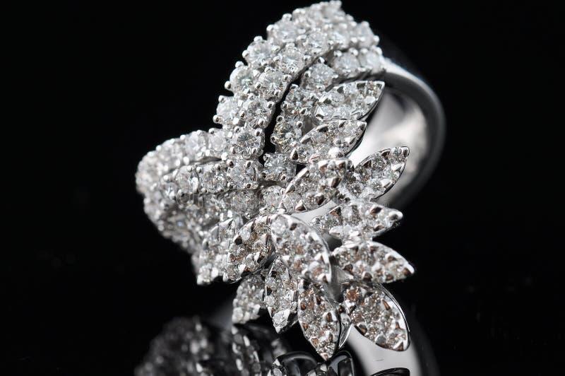 Anello di diamante con la riflessione immagini stock libere da diritti