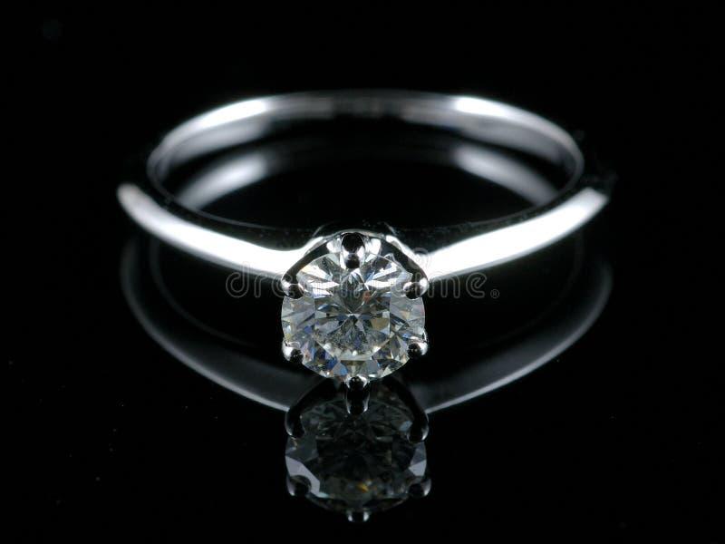 Anello di diamante con la riflessione immagine stock