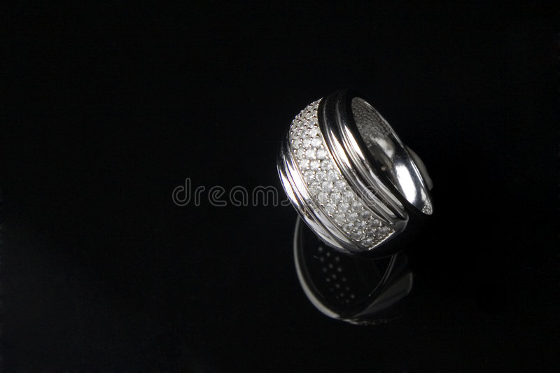 Anello di diamante con la riflessione in BAC nero isolato fotografie stock