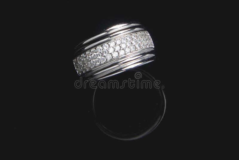 Anello di diamante con la riflessione in BAC nero isolato immagini stock libere da diritti