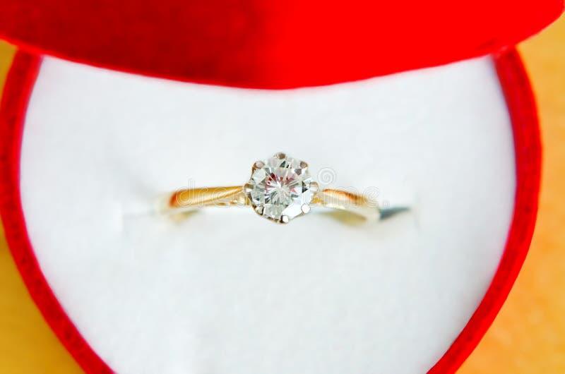 Anello di diamante del Solitaire in casella immagine stock libera da diritti