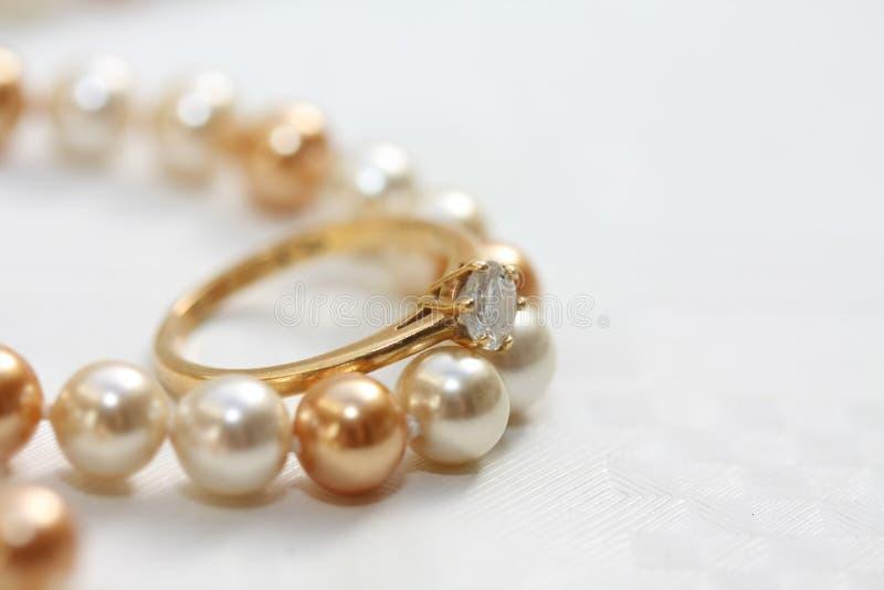 Anello di diamante del Solitaire sulle perle fotografia stock