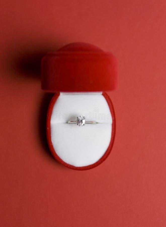 Anello di diamante di aggancio in una casella immagini stock libere da diritti