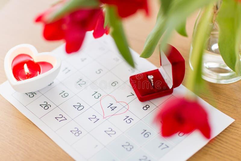 Anello di diamante e strato del calendario il giorno dei biglietti di S. Valentino immagini stock libere da diritti