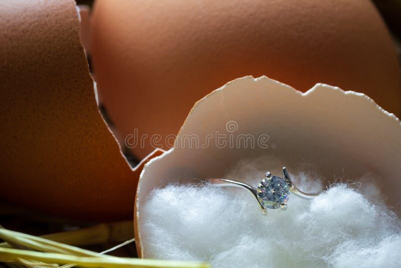 Anello di diamante nelle coperture dell'uovo rotte sull'ovaia fotografie stock libere da diritti