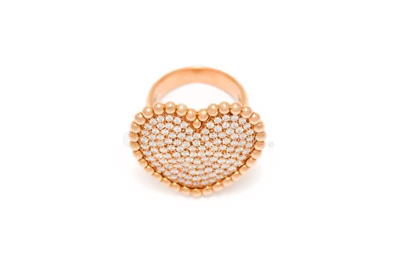 Anello di diamante su priorit? bassa bianca Anello con i diamanti nella forma di cuore Gioielli di lusso, oro giallo fotografia stock