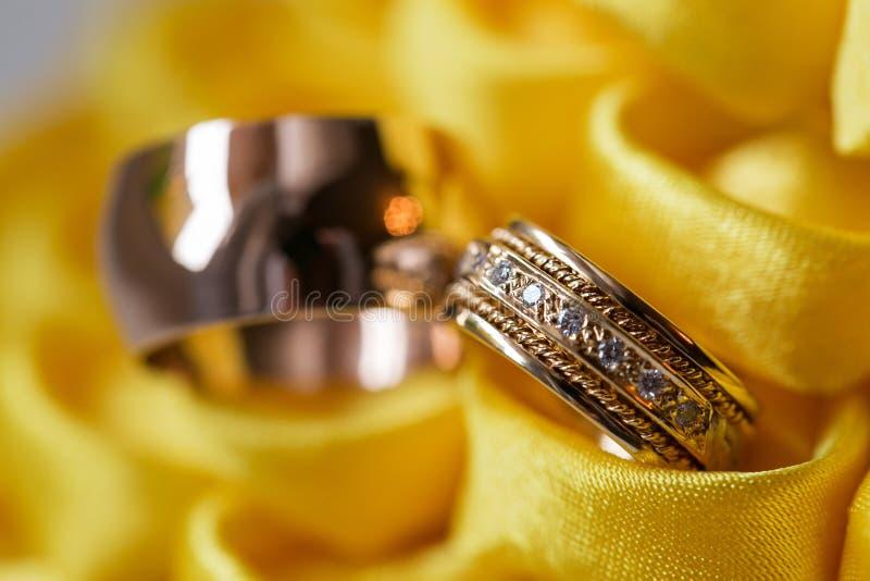 Anello di diamante sul fiore giallo fedi nuziali insieme Fuoco selettivo fotografia stock