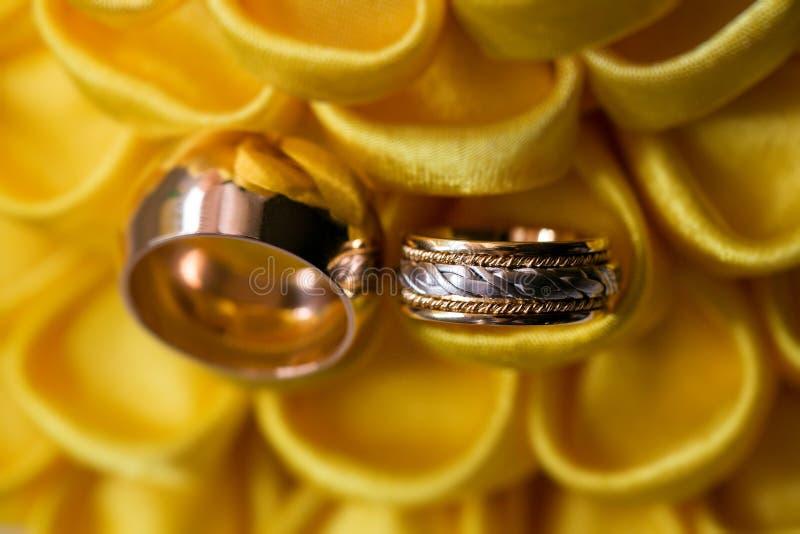 Anello di diamante sul fiore giallo fedi nuziali insieme Fuoco selettivo fotografia stock libera da diritti