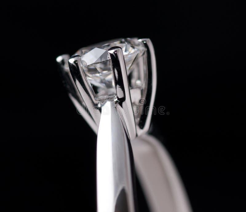 Anello di diamante sul nero immagini stock libere da diritti