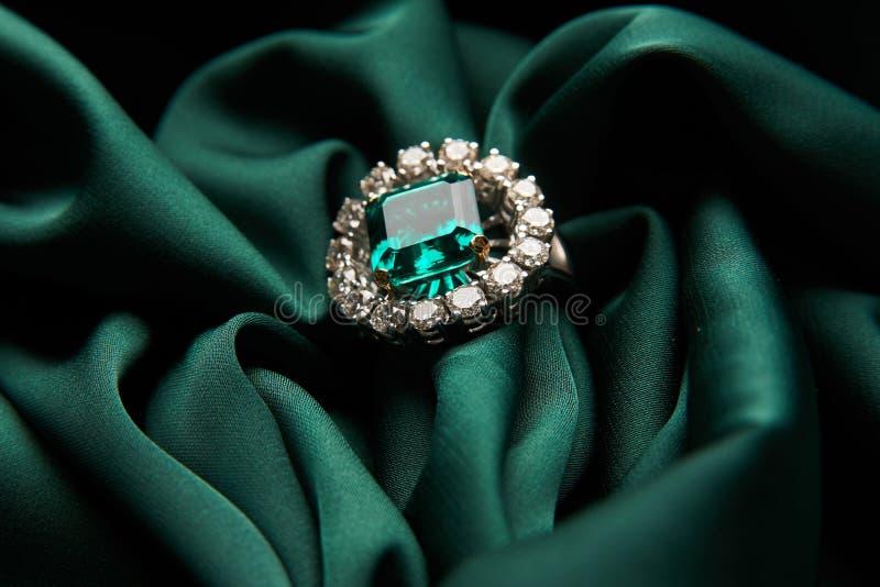 Anello di diamante verde smeraldo verde di impegno di modo immagine stock
