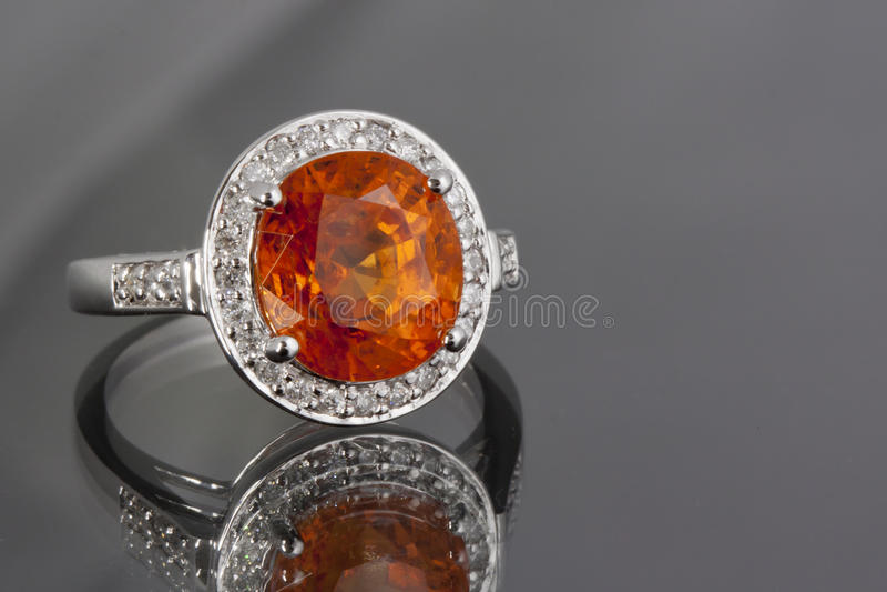 Anello di diamanti e del granato immagine stock