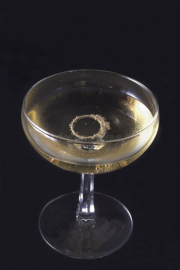 Anello di fidanzamento in Champagne immagine stock libera da diritti