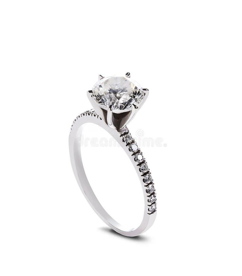Anello di fidanzamento del diamante, isolato su fondo bianco fotografia stock libera da diritti