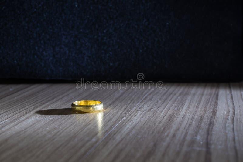 Anello di fidanzamento dell'oro fotografia stock libera da diritti