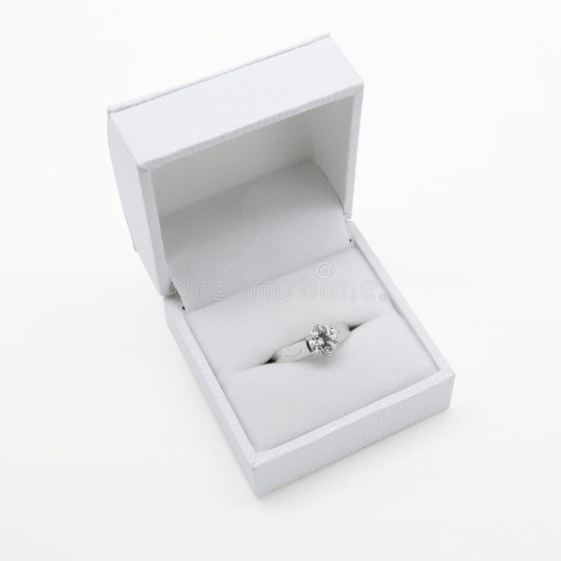 Anello di fidanzamento dell'oro bianco del diamante del Solitaire immagine stock libera da diritti