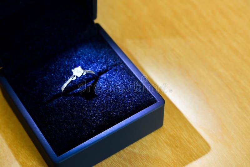 Anello di fidanzamento di diamante in contenitore blu di anello fotografia stock