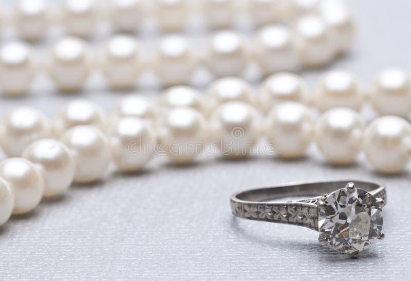 Anello di fidanzamento e perle fotografia stock